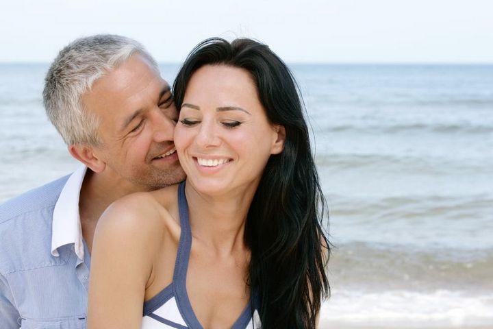 Как увлечь мужчину намного старше вас 4