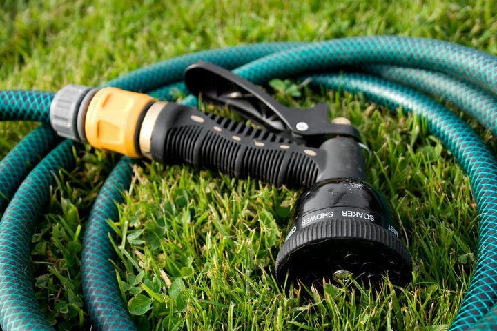 Шланг для работы и полива, практичная и нужная вещь на даче 1